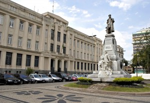 O edifício onde funciona a Alfândega de Santos, na Praça da República, data de 1930 e passou por uma reforma em 2003. Foto: Miguel Schincariol